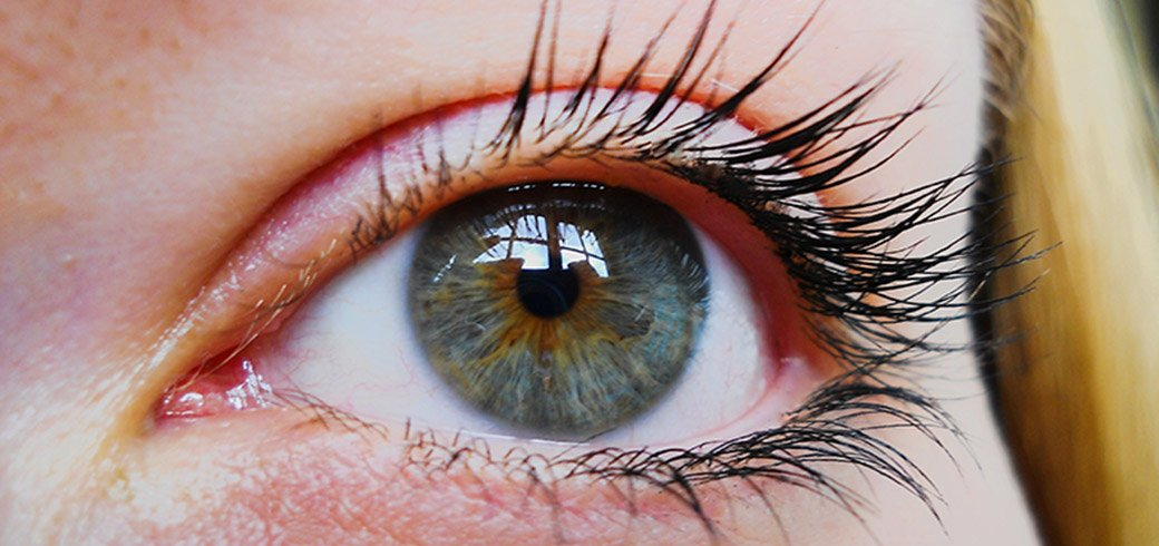 Nahaufnahme der blauen Augen einer Frau