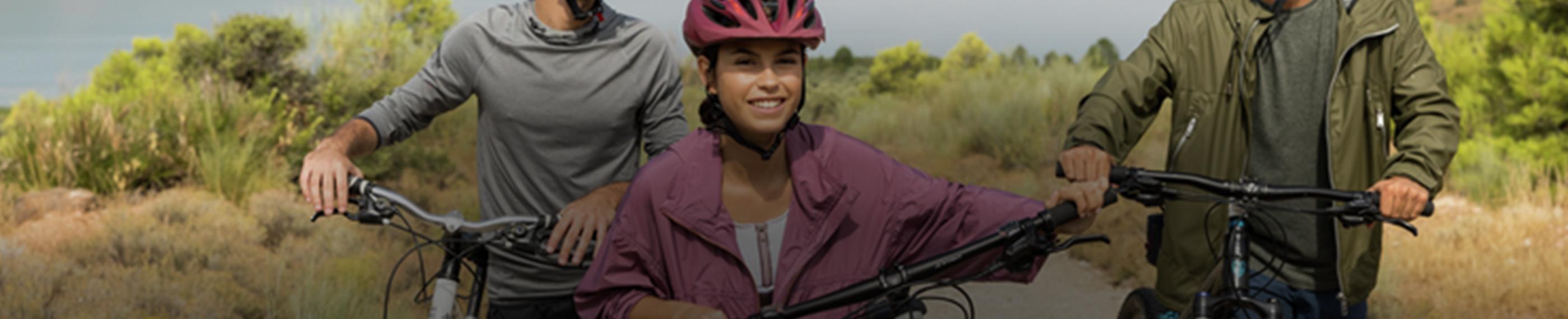 Junge Leute, die das Radfahren auf dem Land genießen.