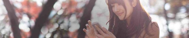 Une jeune femme regarde son téléphone portable