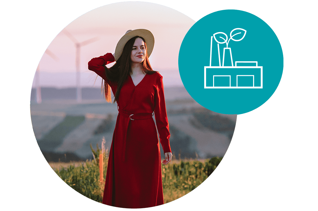 In die Ferne blickende Frau, Windmühlen, Nutzung sauberer Energie, Reduzierung des CO2-Ausstoßes