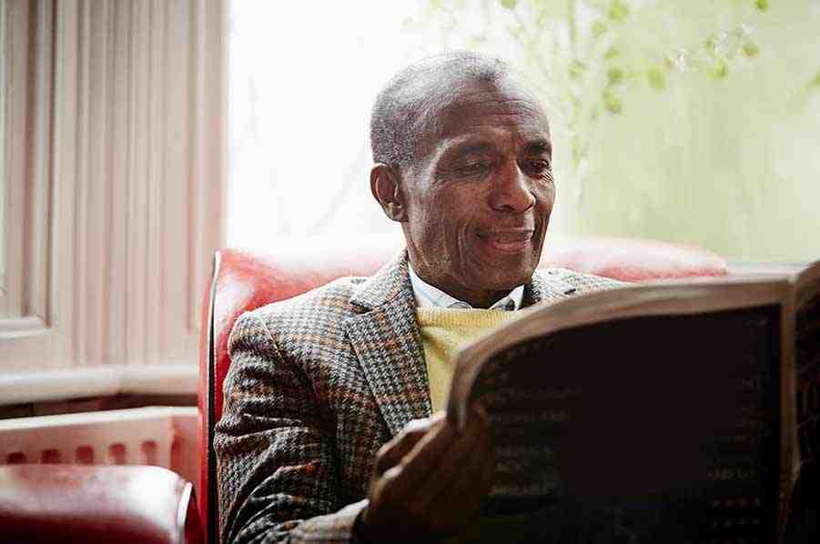 Bild eines Mannes, der eine Zeitung liest