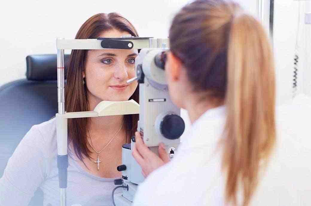 Junge Frau bei der Augenuntersuchung beim Kontaktlinsenspezialisten.